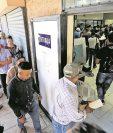 A partir de hoy, para tramitar el pasaporte será necesario obtener una cita y evitar así cobros ilegales por parte de los tramitadores. (Foto Prensa Libre: Esbin García)