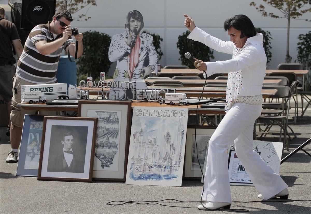Admiradores de Elvis llegan en peregrinaje a su tumba