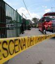 Agentes de la PNC resguardan el autobús en el que murió un hombre en un ataque armado en Chinautla. (Foto Prensa Libre: Álvaro Interiano)