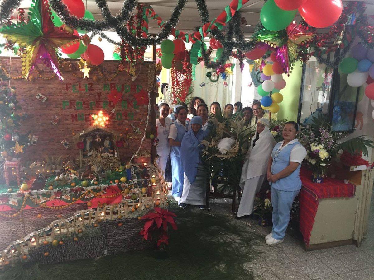 Trabajadores del HRO mantienen las tradiciones de la época navideña