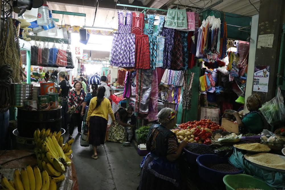 Comerciantes de los mercados de Quetzaltenango exigen inversión de la comuna para mejorar algunas debilidades que los hacen vulnerables a incendios. (Foto Prensa Libre: María José Longo)