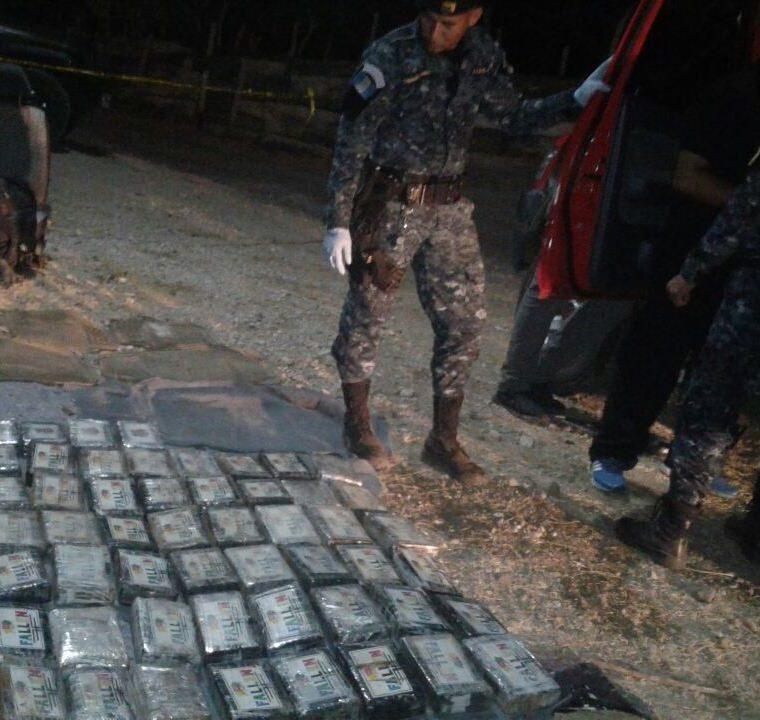 Autoridades durante la diligencia para el conteo de la droga decomisada en Zacapa. (Foto Prensa Libre: @PNCdeGuatemala).