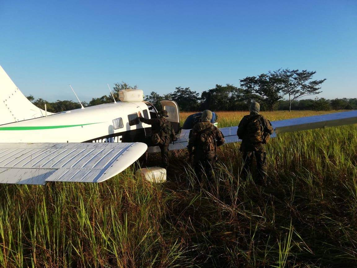 En esta avioneta se presume que transportaban droga en Petén. (Foto Prensa Libre: Cortesía Ejército de Guatemala)