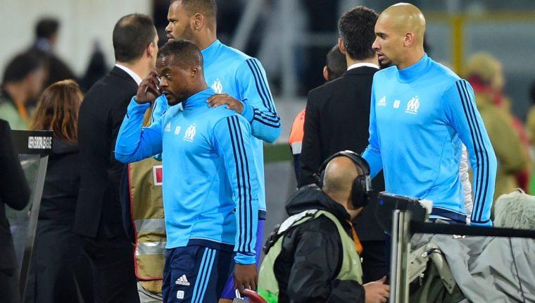 Evra tuvo que ser escoltado por dos de sus compañeros tras patear al aficionado. (Foto Prensa Libre: AFP)