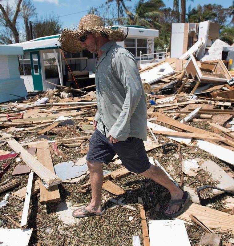 Bill Quinn examina el daño causado a su casa rodante por el huracán Irma en Florida. (AFP).