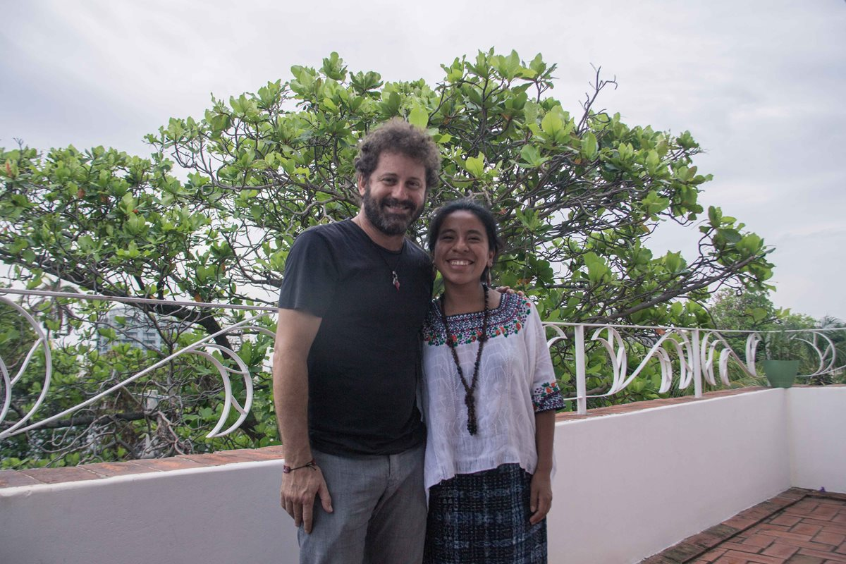 Sara Curruchich  junto a   Raúl Paz, considerado un  artista destacado de la música cubana del siglo XXI.   (Foto Prensa Libre: Cortesía)
