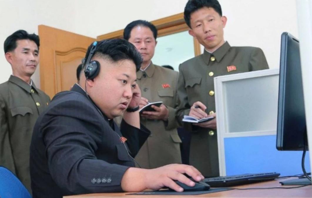 Líder norcoreano examina plan para disparar misiles cerca de Guam