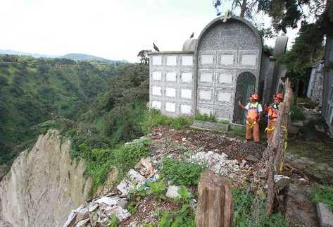 Unos 30 mausoleos podrían caer al vacío, debido a que el terreno en que se encuentran es inestable, por la lluvia, las vibraciones y la falta de un muro.