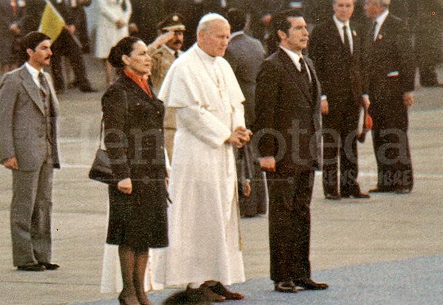 Juan Pablo II fue recibido por el jefe de Estado de facto, Efraín Ríos Montt y su esposa Teresa Sosa. (Foto: Hemeroteca PL)