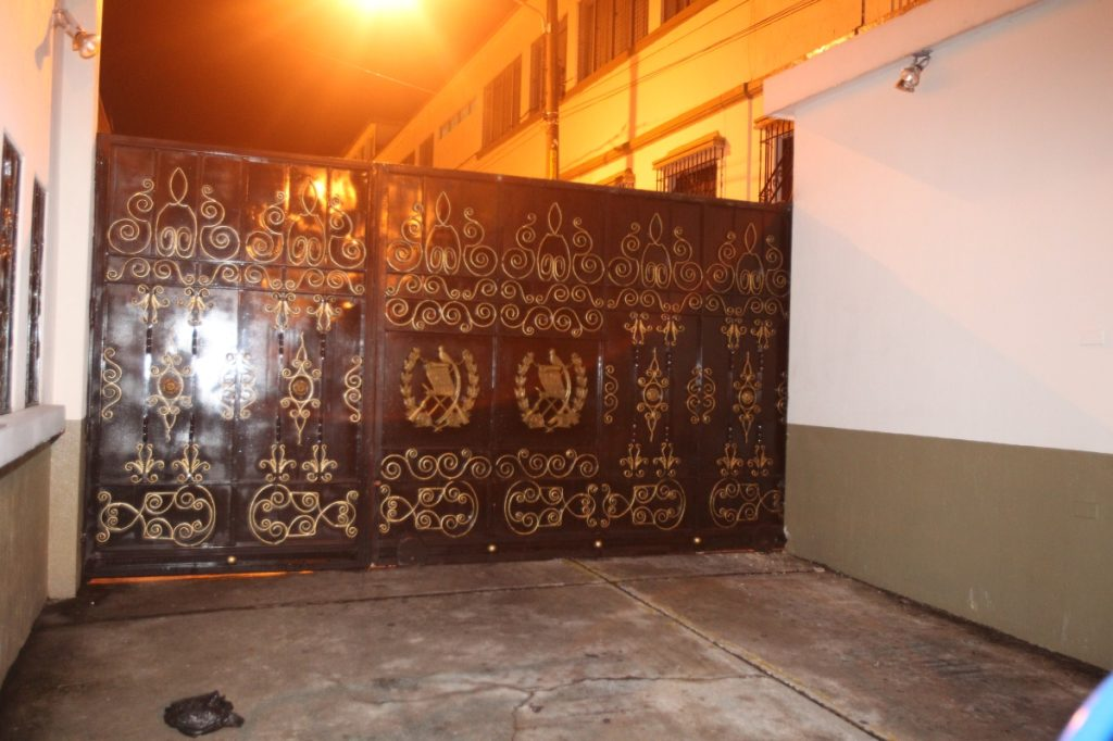 El portón del Callejón Manchén fue derribado por la madrugada.