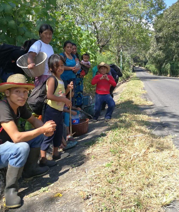 """Vecinos de La Guardianía, San Lucas Tolimán, Sololá, caminan todos los días por el """"Paso Misterioso"""", pero no se explican qué es lo que pasa en el lugar. (Foto Prensa Libre: César Pérez Marroquín)"""