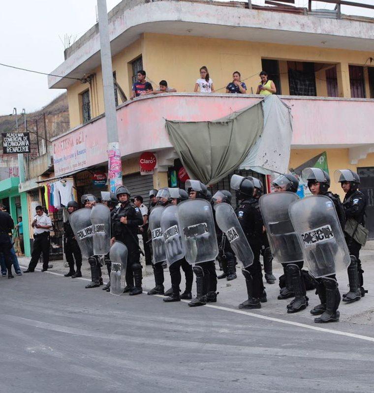 Antimotines llegaron a la colonia El Búcaro por disturbios luego de un ataque armado. Foto Prensa Libre: Estuardo Paredes.