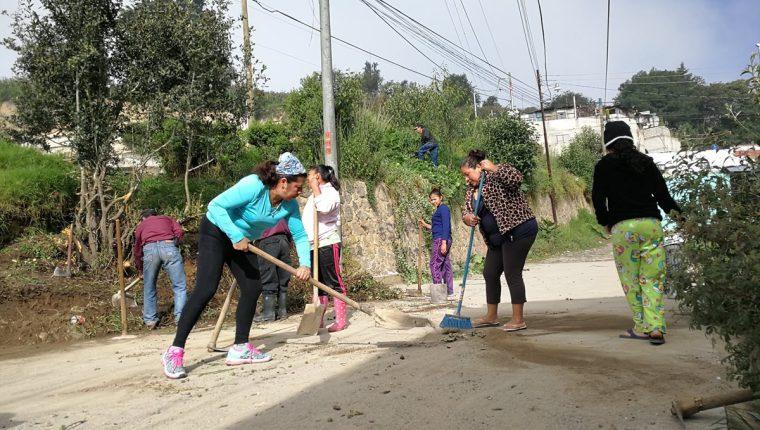 Vecinos construyen el parque infantil en un área privada.(Foto Prensa Libre: Fred Rivera)