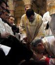 El patriarca latino de Jerusalén, Fouad Twal (d), lava los pies de un sacerdote.