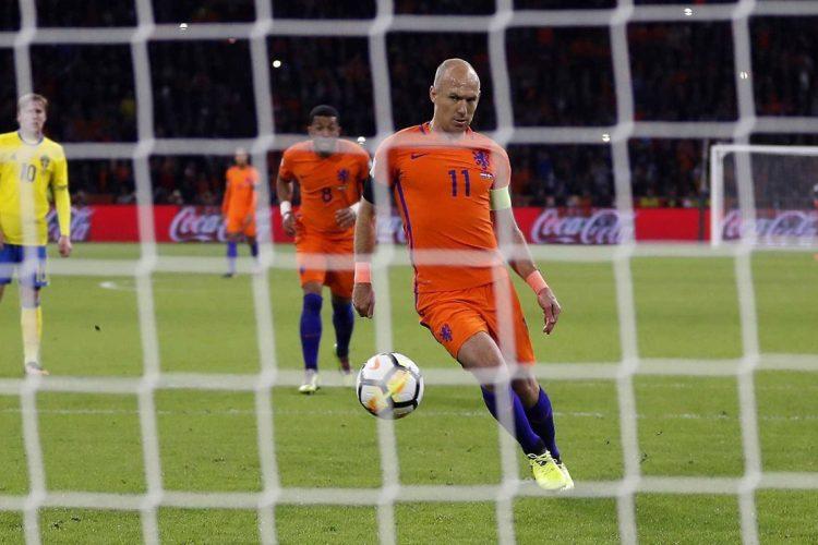 Robben anota de penalti en el  partido de Holanda contra Suecia. (Foto Prensa Libre: EFE).