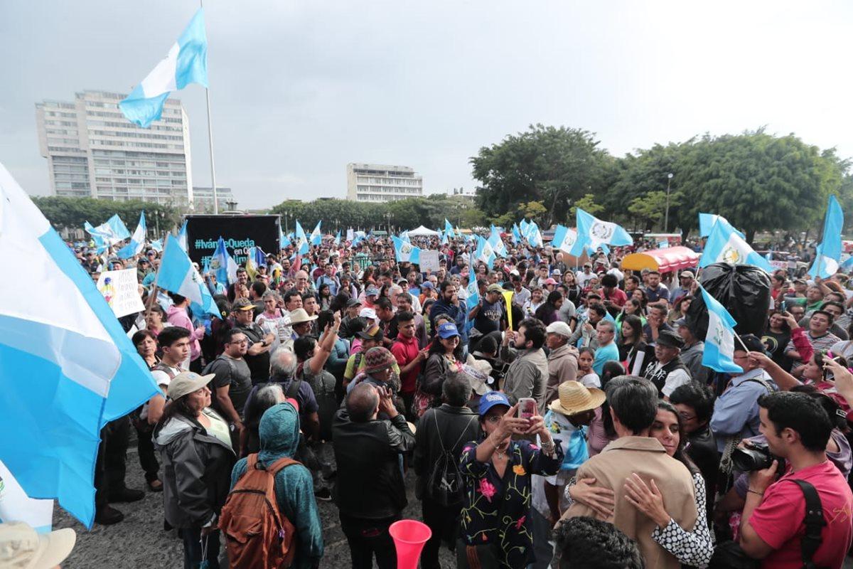 Durante la tarde de este sábado se registraron manifestaciones en contra de la decisión del presidente Jimmy Morales. (Foto Prensa Libre: Juan Diego González)