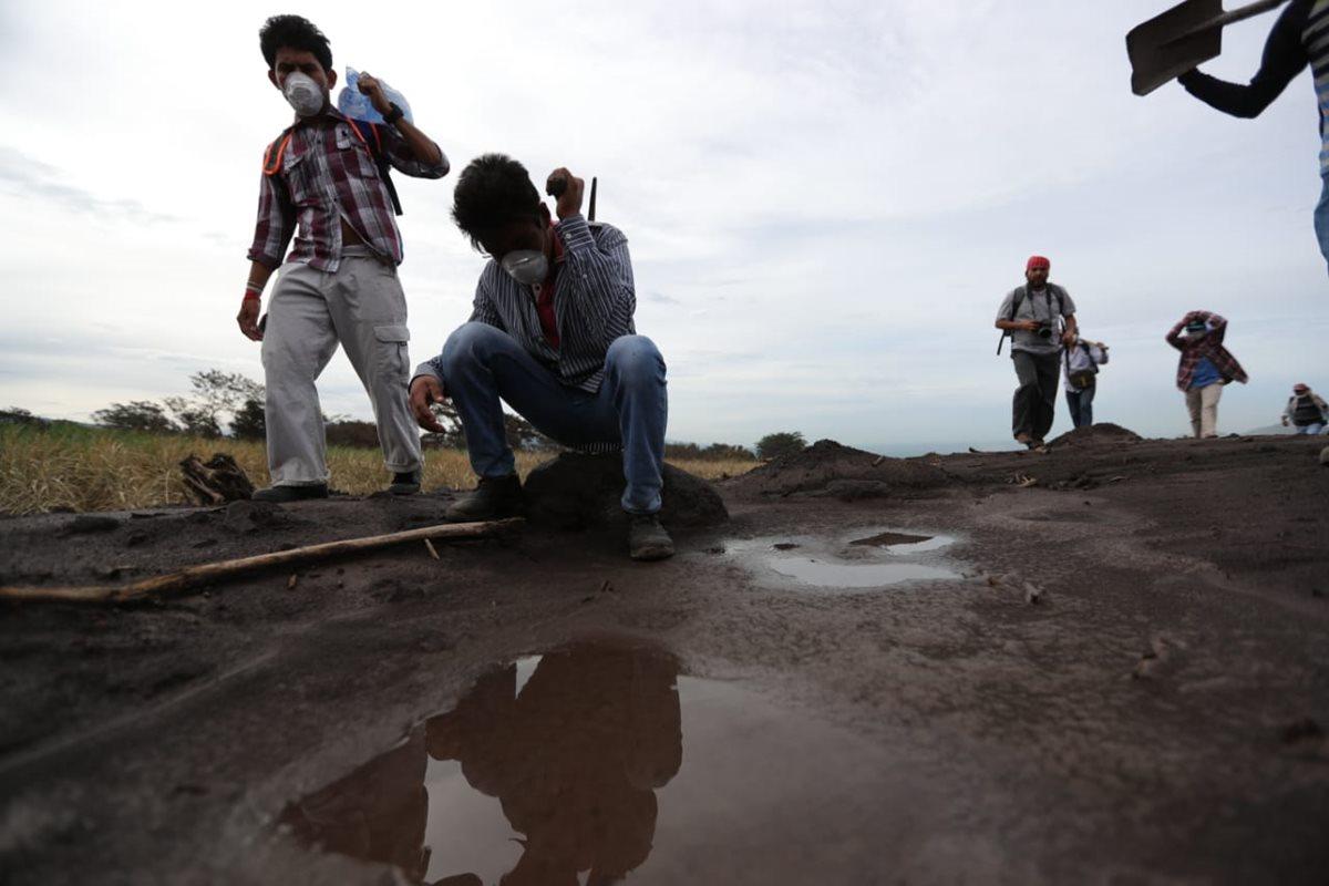 Vecinos caminan hacia San Miguel Los Lotes para buscar a víctimas de la erupción del Volcán de Fuego. (Foto Prensa Libre: Carlos Hernández)
