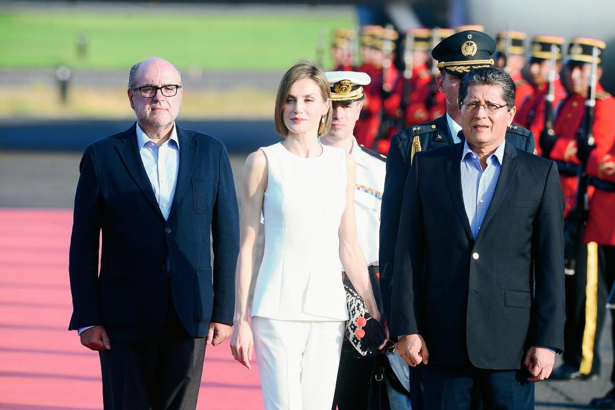 La reina Letizia de España camina acompañada del viceministro de Relaciones Exteriores  de El Salvador, Jaime Mirandaa su llegada a San Salvador. (Foto Prensa Libre:AFP).