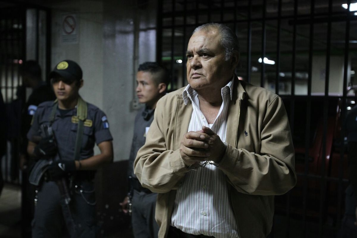 Exjefe policial sentenciado a 90 años de cárcel