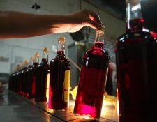 Botellas de vino que se utiliza para consagrar en la misa, producido por una empresa guatemalteca. (Foto: Hemeroteca PL)