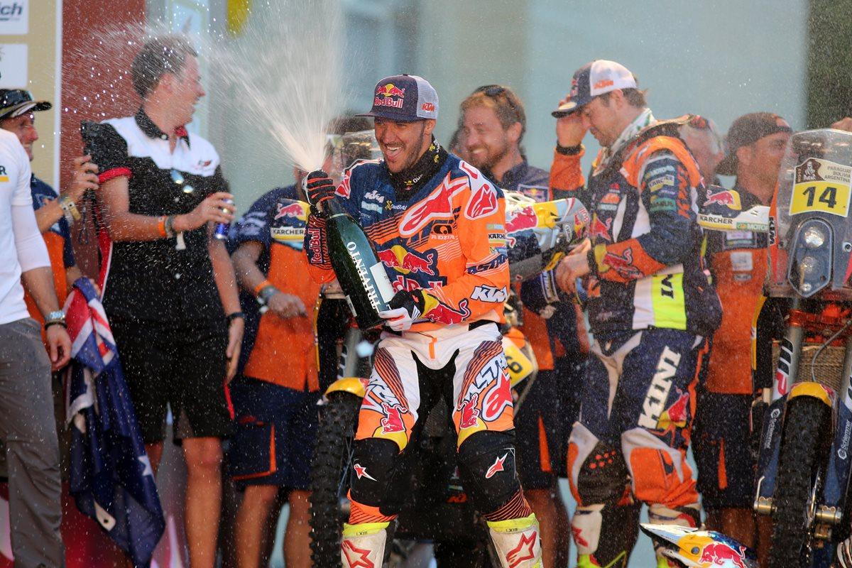 El británico Sam Sunderland (c) celebra su primer lugar en la categoría motos del Rally Dakar 2017. (Foto Prensa Libre: EFE)