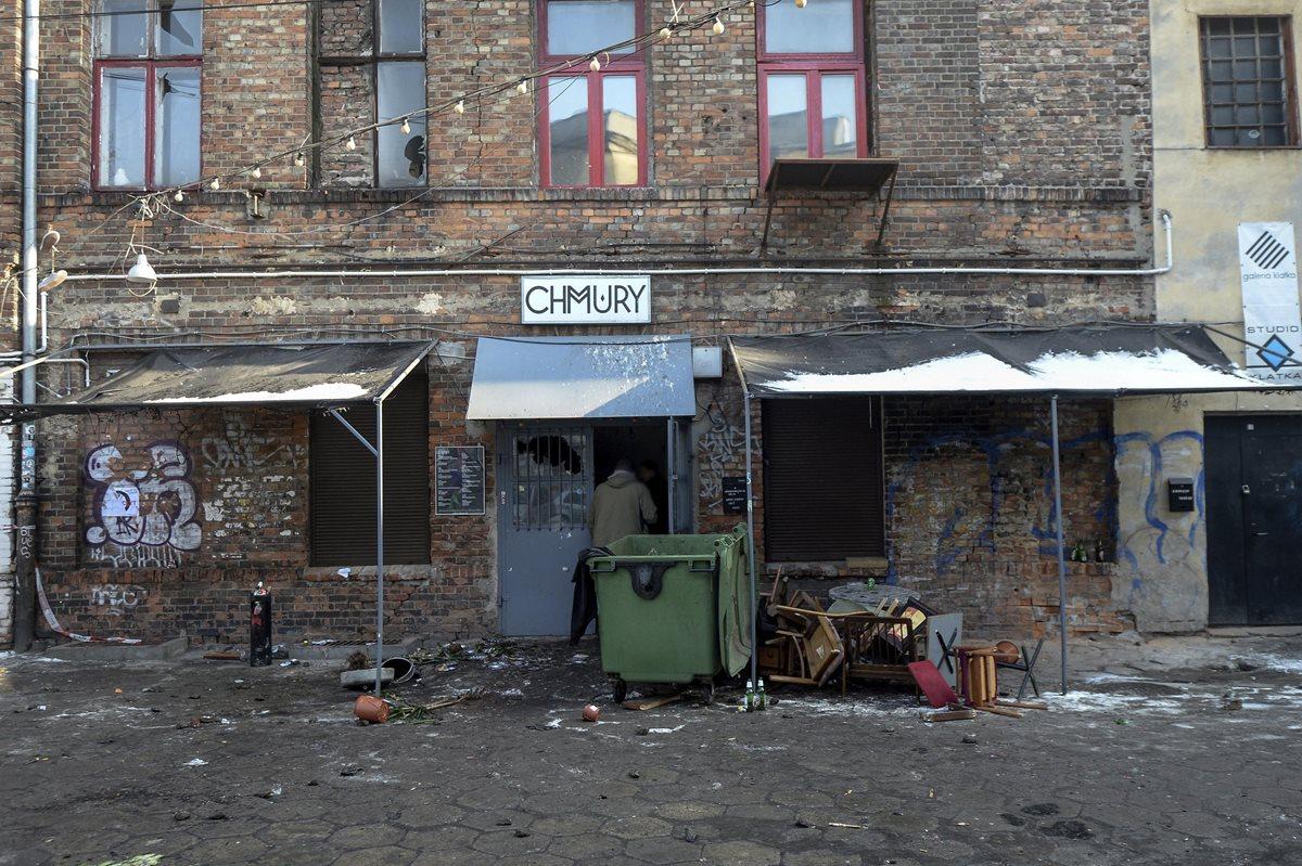 """Vista del exterior del club """"Chmury"""" en Varsovia, Polonia donde un grupo de aficionados radicales del Legia de Varsovia arrasaron esta madrugada el club, frecuentado por seguidores del Ajax de Amsterdam. (Foto Prensa Libre: EFE)"""