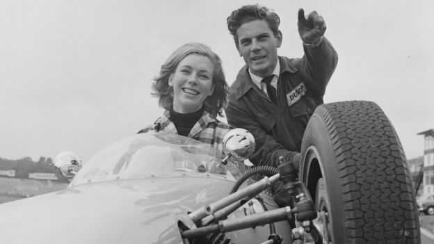Bronwyn Burrell (izq), fotografiada en 1964, empezó en el automovilismo en la década de 1960. GETTY IMAGES