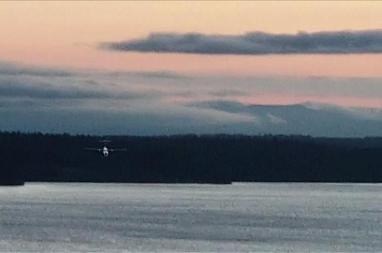 Momento en que el avión robado en el aeropuerto Seattle-Tacoma, Washington, cae al agua.  (Foto Prensa Libre: AFP)