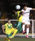 Rafa Morales (Comunicaciones) pelea por el balón. (Foto Prensa Libre: Jesús Cuque)