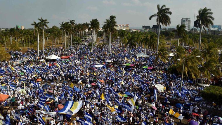 Nicaragüenses católicos participan en una misa al aire libre, para exigir el fin de la violencia en el país, frente a la Catedral Metropolitana en Managua. (Foto Prensa Libre:AFP).