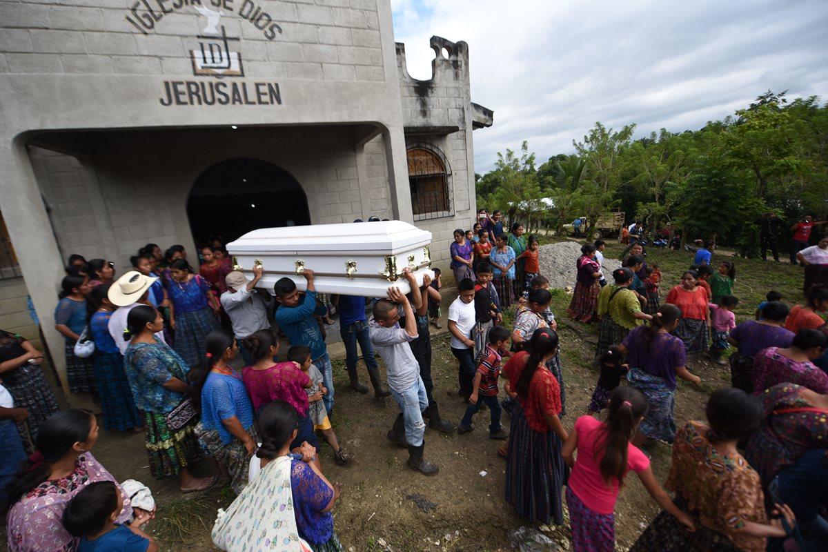 Después de un servicio religioso, familiares y amigos inician su trayecto hasta el cementerio, para inhumar a la niña de siete años.