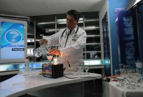 el experto explica el proceso de los elementos que conducen la electricidad en el cuerpo.