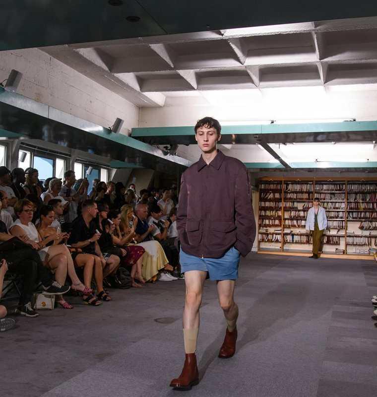 Un modelo desfila con una creación de la colección para hombres Primavera/Verano 2018 del diseñador belga Dries Van Noten, durante la semana de la moda en París (Foto Prensa Libre: EFE)
