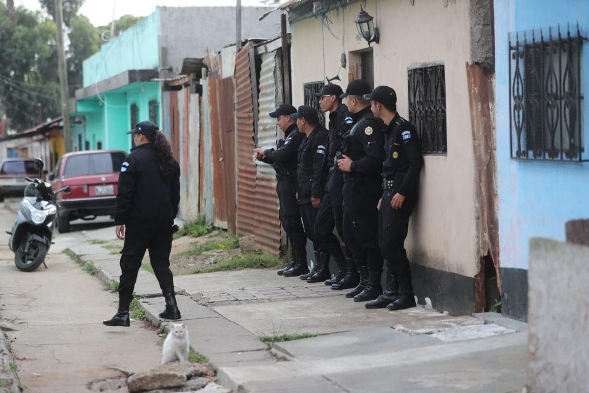 Agentes de la PNC participan en un allanamiento contra pandillas en la colonia Carolingia, zona 6 de Mixco. (Foto Prensa Libre: Érick Ávila)