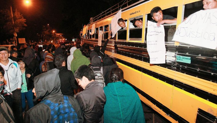 Un bus que transportaba personas que participaron en marcha pacífica del sábado, fueron retenidos durante 6 horas. (foto prensa libre: Hemeroteca PL)