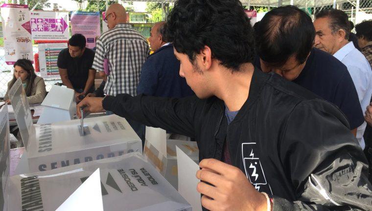 Los mexicanos eligen este domingo al presidente del país y otros 3 mil 400 cargos en una jornada en la que se han reportado varios incidentes. (Foto Prensa Libre: EFE)