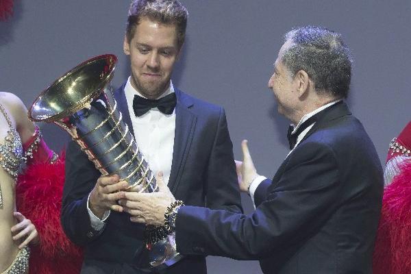 Jean Todt  —derecha—, presidente de la FIA, en acto en donde premia al cuatro veces campeón del Mundo, Sebastian Vettel.
