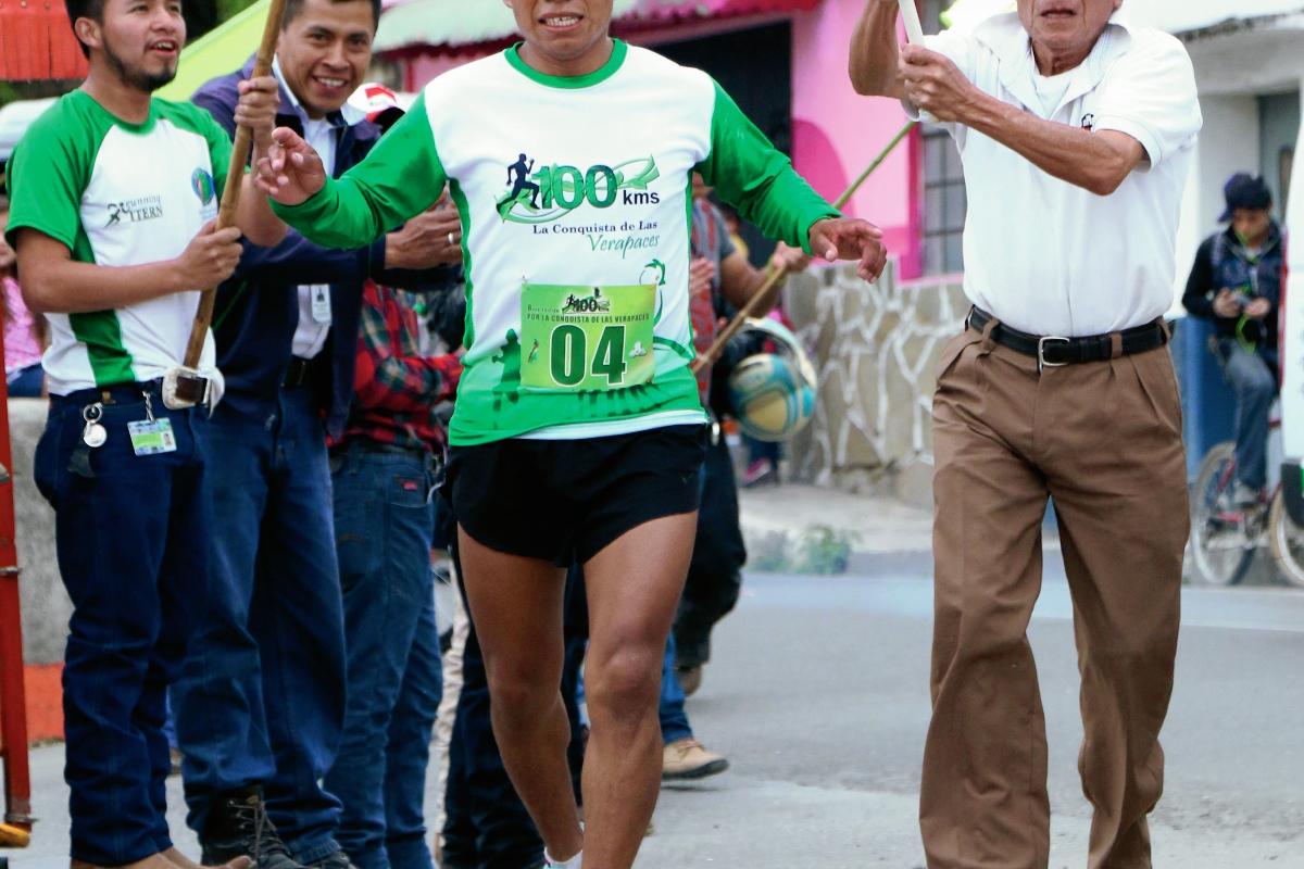 El ultra maratonista Estanislao Tut Cruz ganó la Ultra Maratón de las Verapaces, con recorrido de 100 kilómetros. (Foto Prensa Libre: Eduardo Sam Chun)