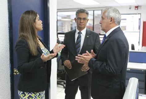 Pérez Molina conversa con Carlos Muñoz y la intendente de Aduanas, Claudia Méndez.