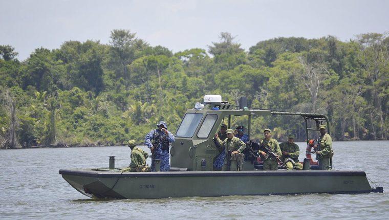 Una patrulla de la Fuerza de Defensa de Belice navega en el río Sarstún. (Foto Prensa Libre: Hemeroteca PL)