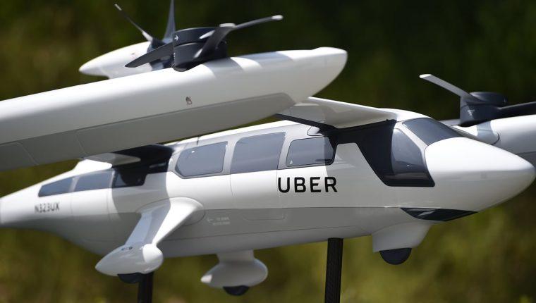 En el Skirball Center de Los Ángeles, California, se exhibe un modelo de taxi volante eléctrico de Uber en la segunda cumbre anual de Uber Elevate. (Foto Prensa Libre: AFP)