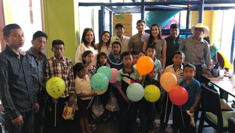 El zaguero jalapaneco José Carlos Pinto, recién coronado campeón con Antigua GFC, comparte su felicidad con varios niños de escasos recursos de su municipio San Luis Jilotepeque, Jalapa (Foto Prensa Libre: Cortesía)