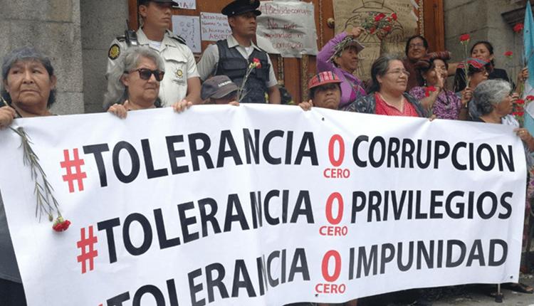 Decenas rechazan la aprobación de las reformas al Código Penal. (Foto Prensa Libre: Érick Ávila)