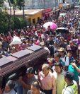 Vecinos, amigos y familiares dan el último adiós a Marleny Mucia Barán. (Foto Prensa Libre: Ángel Julajuj)