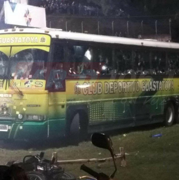 Así terminó el bus de Deportivo Guastatoya después de ser atacado por un grupo de aficionados de Cobán Imperial. (Foto Prensa Libre: Hemeroteca PL)