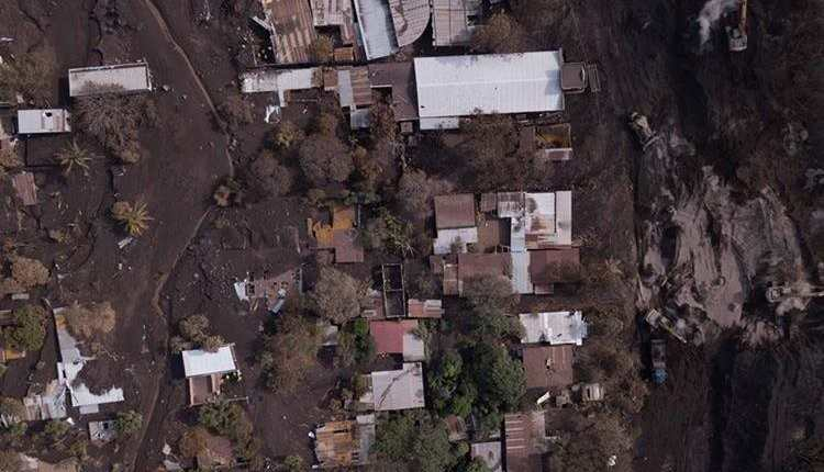 Los daños y pérdidas ocasionadas por la erupción del Volcán de Fuego el pasado 3 de junio fue una de las causas para que la Junta Monetaria revisará a la baja la proyección del crecimiento económico para 2018. (Foto Prensa Libre: Hemeroteca)