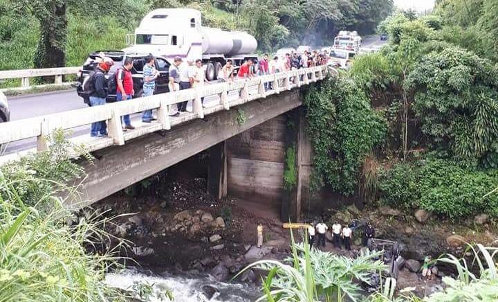 El automotor quedó volcado en el río Sis, km 159 de la ruta al Suroccidente, Mazatenango, Suchitepéquez. (Foto Prensa Libre: Cristian I. Soto)
