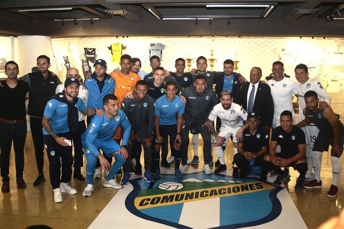 Los jugadores albos lucieron el nuevo uniforme de los cremas. (Foto Prensa Libre: Cortesía Francisco Nieves)