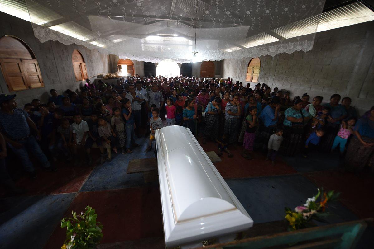 Vecinos de Raxruhá participan masivamente al funeral de Jakelin Caal.