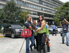 Brigadistas evacúan a uno de los heridos durante el simulacro de sismo. (Foto Prensa Libre: Erick Ávila).